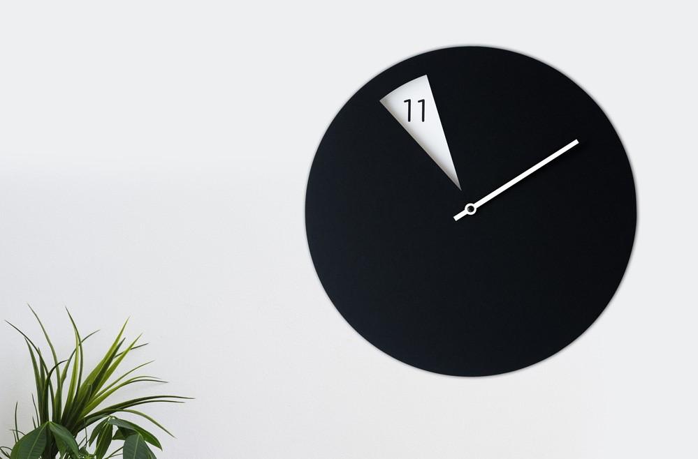 Часовник в кабинет на психотерапевт показва 11.